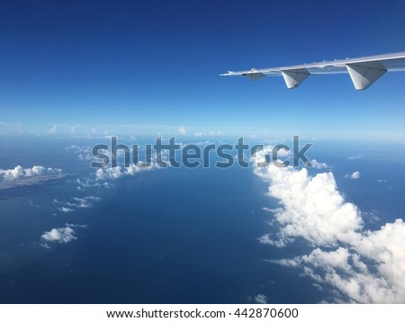 Aircraft wing with cloud of front line