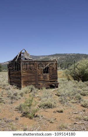 an abandoned western barn in the high sierras