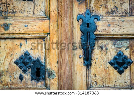 ancient an unusual form a keyhole in a wooden door