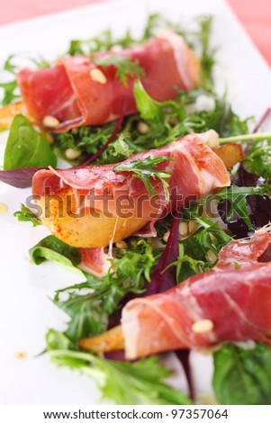 Appetizer with caramelized pears, walnuts and prosciutto