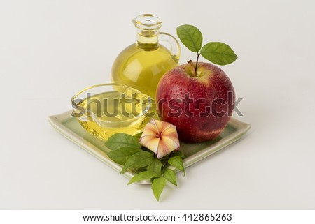 Apple Essential Oil: a fresh scent. , Can be used as an ingredient in cosmetics. , Used to fill in the lamps, perfume, use a grease or spray to invigorating the bedroom and bathroom as needed.
