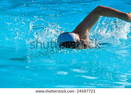 Athletic man swimming in the pool