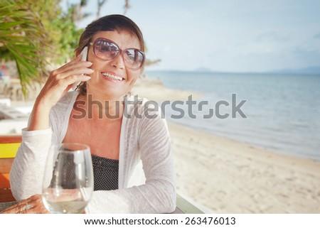 Картинки море и женщина 50 лет
