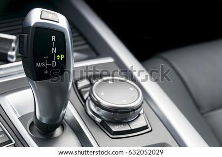 automatic gear stick modern car car の写真素材 今すぐ編集