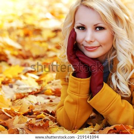 Девушка у клена фото