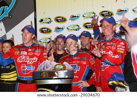 AVONDALE, AZ - APRIL 18: Mark Martin and the Kellogg's/CARQUEST team give the No. 1 sign after winning the NASCAR Sprint Cup Series race at PIR April 18, 2009 in Avondale, AZ.