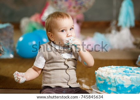 Baby cake smash in studio.