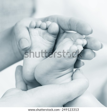 baby legs in mother hands