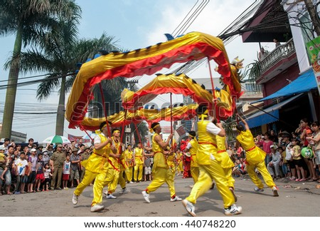 BAC Ninh, Vietnam, April 19, 2016 Dragon dance, youth groups, to participate in the relay, Temple Festival in Bac Ninh, Vietnam, worship Ly