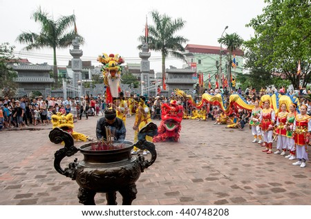 BAC Ninh, Vietnam, April 19, 2016 people go to church, the Temple of Ly, Dragon dance, youth groups, to participate in the relay, Temple Festival in Bac Ninh, Vietnam, worship Ly