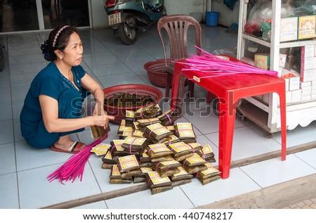 BAC Ninh, Vietnam, April 19, 2016 women, rural Bac Ninh, Vietnam, traditional cakes, called (PHU THE)