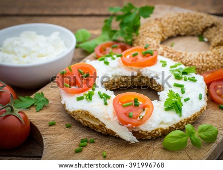 Bagel with cream cheese and tomato