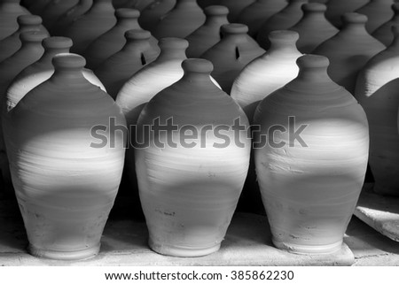 Bahrain traditional pottery - Black and white