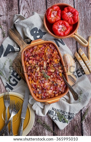 Baked beans with crunchy bacon on top