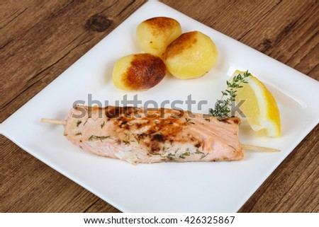 Baked salmon skewer with thyme and lemon
