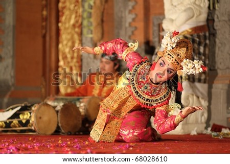 BALI - NOVEMBER 6 : Girl performing traditional Indonesian dance at Ubud Palace Bali theater on November 6, 2010 in Bali, Indonesia.