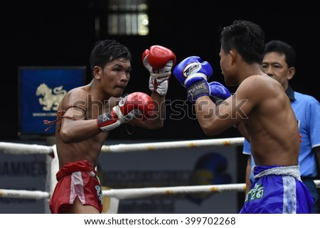 BANGKOK - MAR13: Phet Morakot Sit Dab Mai (Blue)(Win) fights with Phon Aek  in thai boxing competition - Battle Of Sor.Sommai at Rajadamnern stadium on March 13, 2016 in Bangkok.