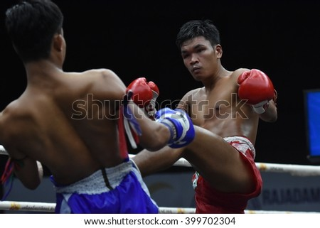 BANGKOK - MAR13: Phon Aek (Red) fights with Phet Morakot Sit Dab Mai  in thai boxing competition - Battle Of Sor.Sommai at Rajadamnern stadium on March 13, 2016 in Bangkok.