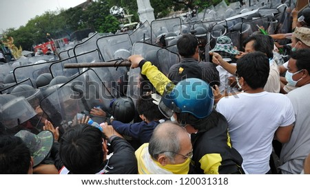 BANGKOK - NOV 24: Nationalist anti-government protesters from Pitak Siam clash with police on Makhawan Bridge on Nov 24, 2012 in Bangkok, Thailand.