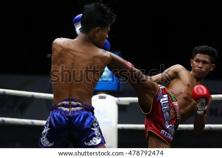 BANGKOK - SEP4:Dao Siam Wo.Wan Chai (Red) fights with Khao Sod Phuket Dragon Muaythai in thai boxing competition - Battle Of Petchwised at Rajadamnern stadium on September 4,2016 in Bangkok.