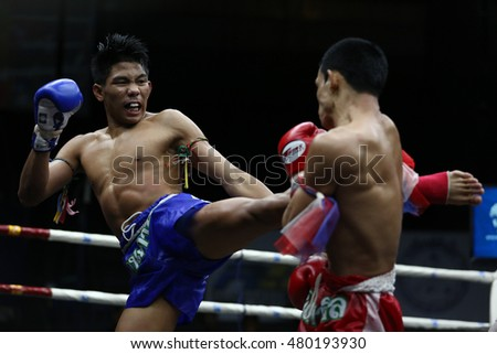 BANGKOK - SEP4:Phet Dam Phetyindiacademy (Blue) fights with Manasak Pin Sin Chai in thai boxing competition - Battle Of Petchwised at Rajadamnern stadium on September 4,2016 in Bangkok.