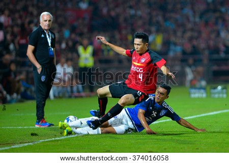 BANGKOK-THAI FEB2:Piyaphon Phanichakul(R)of Muangthong Utd fights for the ball during AFC Champions League2016 between Muangthong Utd - Johor Darul Ta'zim at SCG Stadium on February2,2016 in Thailand