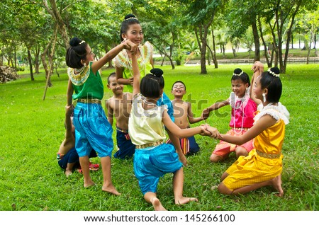 "BANGKOK,THAILAND-AUGUST 3:Unidentified boy and girl are playing ""In a circle"" which the ancient skits of Thailand's children,on Aug.3,2009 in Bangkok,Thailand."