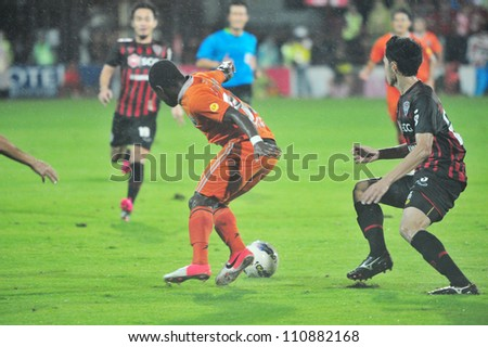 BANGKOK, THAILAND - AUGUST 22 : Unidentified player in Toyota League Cup between Thai Port FC (O) vs SCG Muangtohong Utd (R) on August 22, 2012 at PAT Stadium in Bangkok, Thailand.