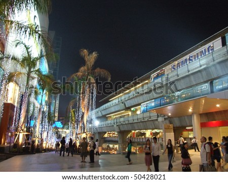 BANGKOK, THAILAND - DECEMBER 28 : Busy Siam paragon shopping center and sky train in central Bangkok December 28, 2005 in Bangkok.