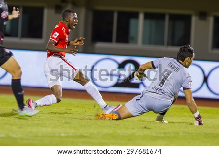 BANGKOK,THAILAND:JUNE 2015:(MF)Gilbert Koomson No.17AND(GK)KAWIN NO.1;BEC-Tero Sasana(red)-SCG Muangthong United(back) at 72nd Anniversary Stadium;inThai Premier League on18July2015,Bangkok Thailand.
