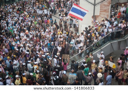 BANGKOK,THAILAND - JUNE 9 : Unidentified demonstrators from the anti- government  wearing  Guy Fawkes masks attend rally outside a Bangkok Art and Culture Organized on June 9,2013 in Bangkok,Thailand.