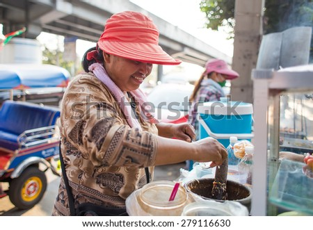BANGKOK, THAILAND - MARCH 15 : Unidentified papaya salad seller on March 15, 2015 in Bangkok, Thailand. Papaya salad is one of most famous street food in Thailand.