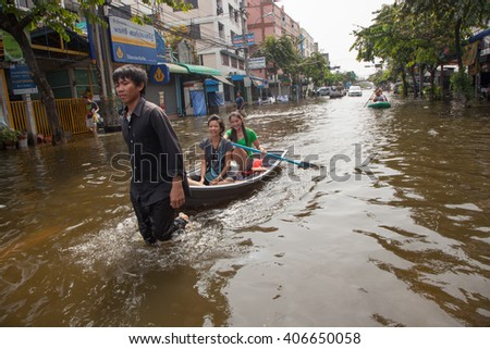 BANGKOK , THAILAND - NOVEMBER 9, 2011 :  Bangkok, Thailand 2011, during the big floods that affected several provinces. Moving becomes difficult, people use small boats and canoes to move around.