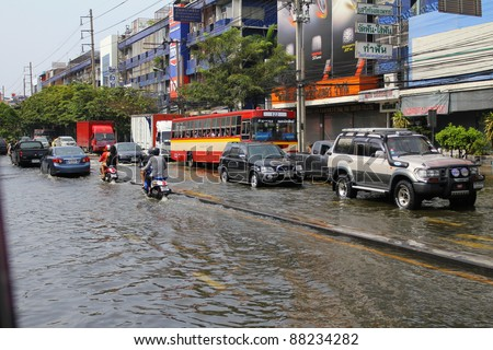 BANGKOK THAILAND - NOVEMBER 5 : Heavy flooding from monsoon rain from north Thailand arriving in ladprao Road on November 5, 2011 in Central Bangkok, Thailand.