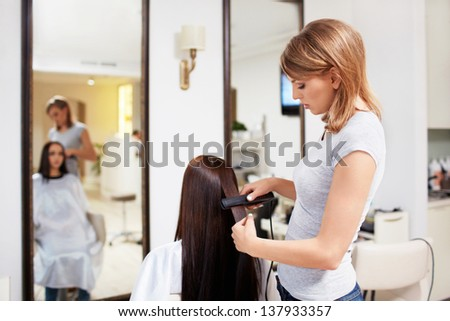 Barber to style hair girl