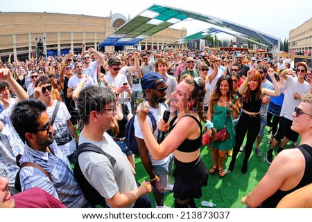 BARCELONA - JUN 12: MO (band) sings in the crowd at Sonar Festival on June 12, 2014 in Barcelona, Spain.