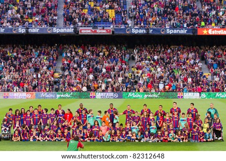 BARCELONA - MAY 15: Barcelona players and some unidentified children before the Spanish League match between FC Barcelona and Deportivo, 0 - 0, on May 15, 2011 in Barcelona, Spain.