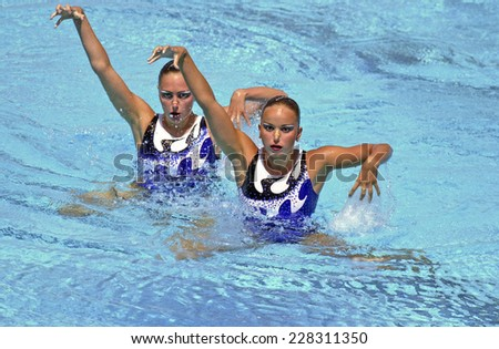 BARCELONA, SPAIN-SEPTEMBER 03, 1999: Russia couple Anastasia Davidova and Anastasia Ermakova, during the swimming synchronized final of the Swimming World Championship, in Barcelona.