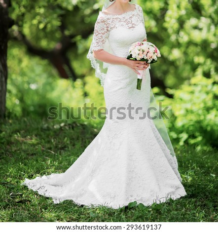 beautiful bride posing in a park on the wedding day