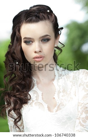 Beautiful bride posing in her wedding day, beauty wedding hairstyle - stock photo