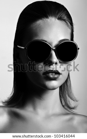 Beautiful brunette woman with sunglasses