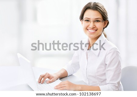 Beautiful business woman working at lapnop