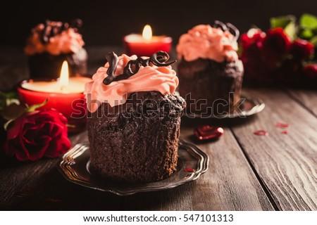 cupcake sô cô la tuyệt đẹp với kem màu hồng trên nền gỗ.  Valentines, Mother Day, đám cưới thiệp chúc mừng.  ảnh tối.  phong cách Retro săn chắc.  Sao chép không gian.