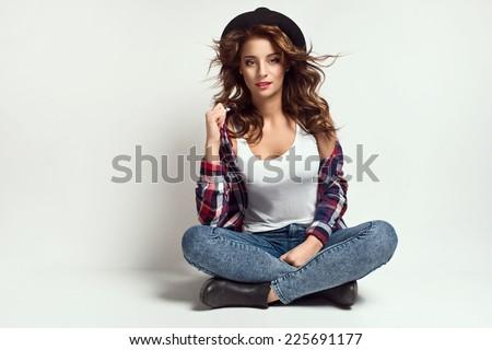 девушка камень стена джинсы бесплатно