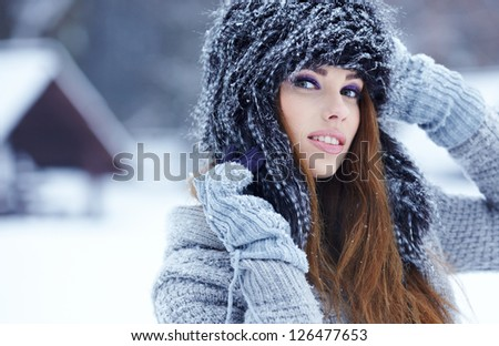 beautiful girl in the park in winter
