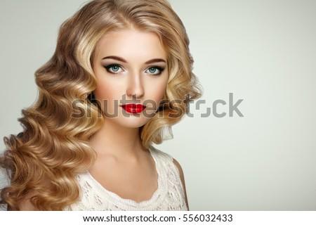 cô gái xinh đẹp với lượn sóng dài và mái tóc sáng bóng.  người phụ nữ tóc vàng với kiểu tóc xoăn.  Perfect make-up.  thời trang ảnh