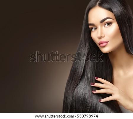 Đẹp tóc dài.  Vẻ đẹp người phụ nữ với mái tóc đen thẳng sang trọng trên nền tối.  brunette cô gái xinh đẹp chạm Mẫu khỏe tóc.  Lady với mái tóc thẳng mượt mà sáng bóng dài.  Kiểu tóc, chữa bệnh