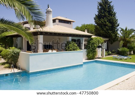 Beautiful villa with a healthy garden and a refresh water pool at Algarve, south of Portugal