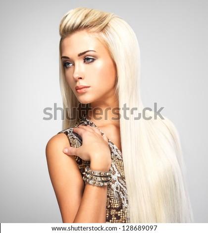 người phụ nữ xinh đẹp với mái tóc vàng dài thẳng.  mô hình thời trang chụp tại studio.