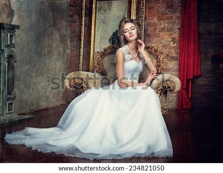 rapariga bonita em um vestido de casamento
